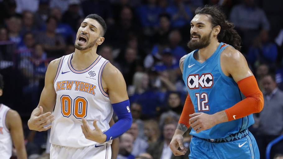Enes Kanter (tv) i aktion mod sin center-kollega Steven Adams fra Oklahoma City Thunder. Foto: AP