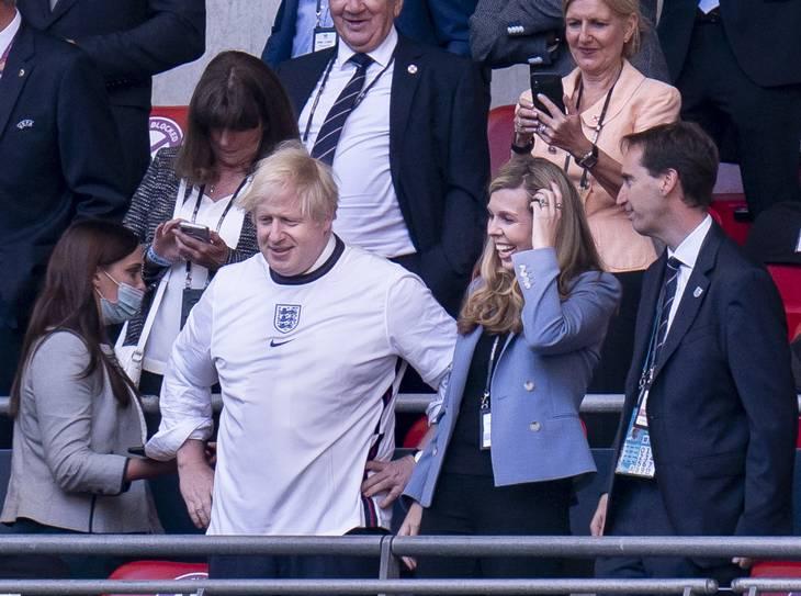 Boris Johnson på Wembley onsdag aften i selskab med hustruen Carrie Symonds. Foto: Liselotte Sabroe/Ritzau Scanpix