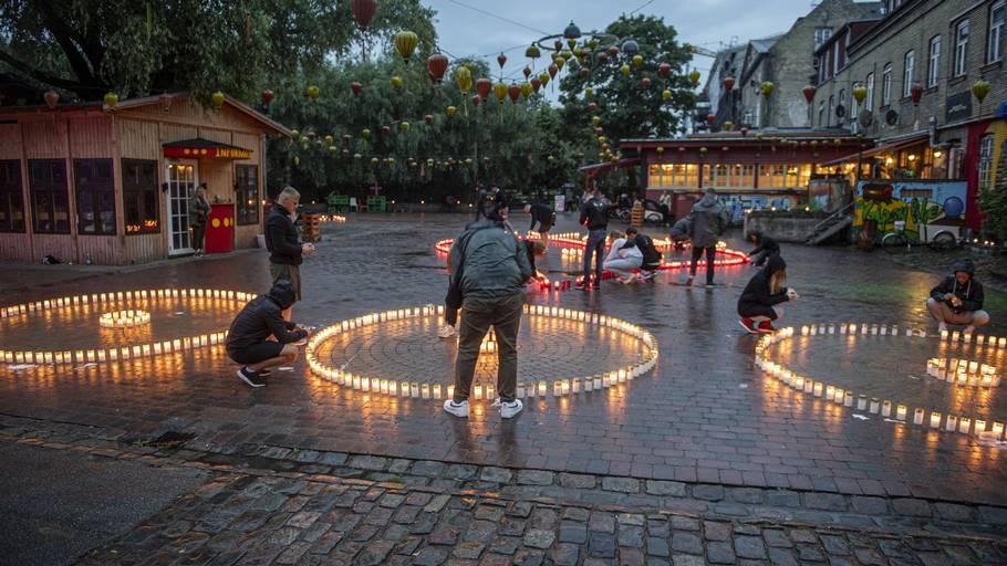 Flere hundrede lys blev tændt til ære for den 22-årige, der forrige weekend blev dræbt af flere skud i Pusher Street. Foto: Kenneth Meyer