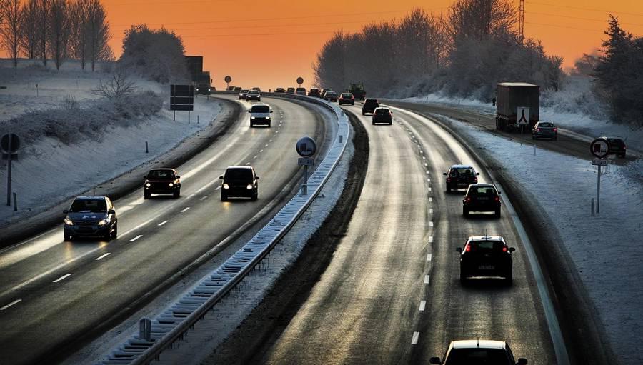 Der er risiko for glatte veje i hele landet. Derfor gælder det om at køre forsigtigt. (Foto: Polfoto).