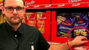 Butikschef Andreas Eriksson står her ved det sted, hvor en ukendt eller ukendte gerningsmænd havde placeret et brændende stearinlys bag chips-poserne i Ica-butikken i Vellinge i Skåne. (Foto: Privat/Ica)