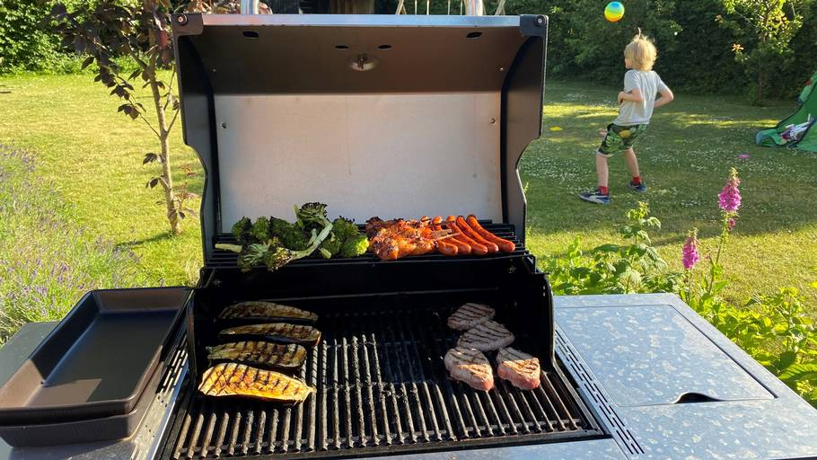 Du skal have god plads til grillen, som til gengæld giver mulighed for at tilberede store portioner af madvarer. Foto: Ekstra Bladet