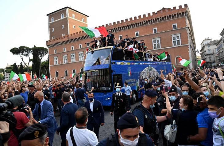 Spillerbussen passerer Piazza Venezia i Rom. Foto: Andreas Solaro/Ritzau Scanpix