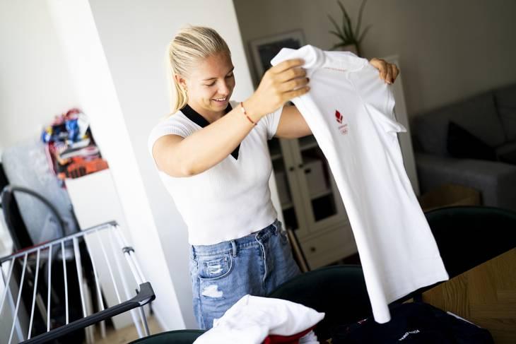 Hjemme hos Emma Aastrand Jørgensen, er der fuld gang i pakningen, inden hun vender næsen mod Tokyo. Foto: Anthon Unger