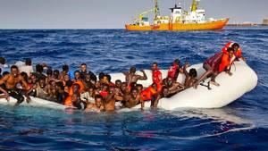 Her beder flygtninge om hjælp. Arkivfoto: AP