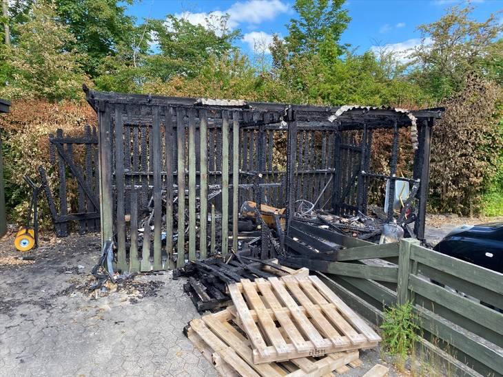 Tre skure udbrændte, da en velmenende lejer ville sætte skik på sin private have. Alt blev ødelagt. Foto: Codan Forsikring