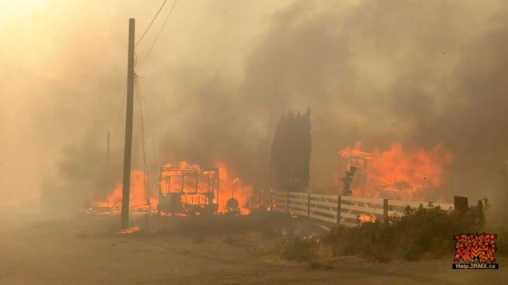 En bygning brænder i Lytton, Canada, under en skovbrand. Foto: 2 Rivers Remix Society/Ritzau Scanpix