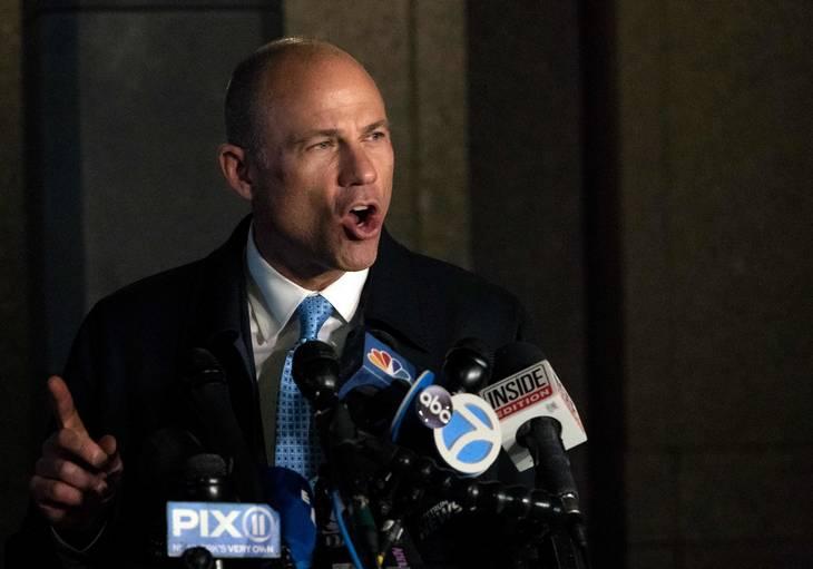 Michael Avenatti taler til pressen. Foto: AFP
