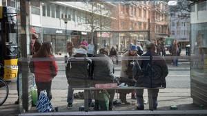 Cityforeningen i Aarhus har sammen med Aarhus Kommune hyret vagtkorps til at sørge for, at socialt udsatte forføjer sig fra Klostertorvet. Foto: Joachim Ladefoged