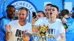 Mandag var mestrene fra Manchester City ude i byens gader, for at fejre holdets fænomenale sæson. Den yngste Premier League vinder i historien, Phil Foden, står med pokalen. Foto: Matt McNulty/JMP/REX/ALL OVER PRESS