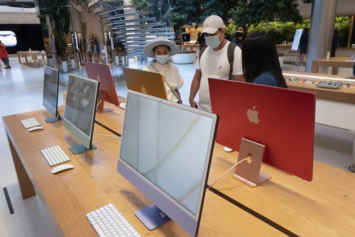 Hvad er logikken i, at Apple godt vil lade sig installere et program fra andre steder end deres appbutik, når det sker på en Mac-computer? Men ikke på iPad og iPhone? Den forskel forstår kritikerne af Apple slet ikke, selvom firmaet forsvarer sig med, at det er to forskellige brugssituationer. Foto: Mark Lennihan/Ritzau Scanpix