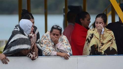 Overlevende reddes i land efter turistbåd sank i Colombia. (Foto: AP)