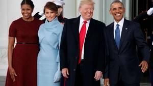 Melania Trump ser fuldstændig blændende godt ud i det outfit, hun har valgt til indsættelsesceremonien, mener Ekstra Bladets modediktator. Michelles kjole er knap så heldig. Foto: AP/Evan Vucci