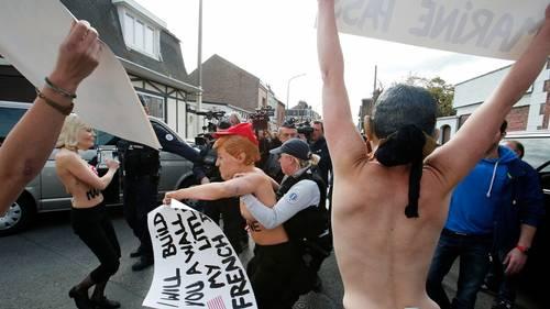 Her bliver aktivisterne ført væk af det franske politi. Foto: AP