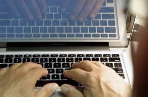 Hvem skal styre debatten på nettet? Googles robotter eller mennesker? Google mener, svaret bliver et både/og, fordi robotterne kan nemlig hjælpe mennesker til at blive bedre til at styre en onlinedebat eller deltage i den. Foto: Damian Dovarganes/AP