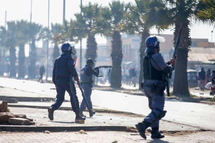 Der sydafrikanske politi har taget gummikugler i brug for at holde demonstranterne væk fra butikkerne i townshippen Katlehong. Foto: Phill Magakoe/AFP