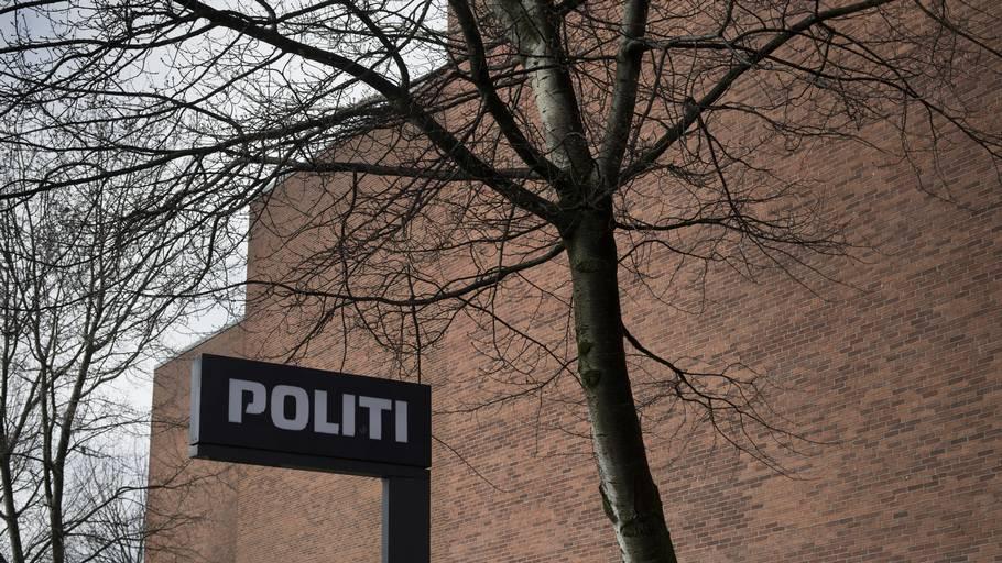 En IT-ansat, som har sin daglige gang ved politiet i Aarhus, er sigtet for at have skaffet sig ulovligt adgang til over 100 kollegers telefoner - primært kvinder.