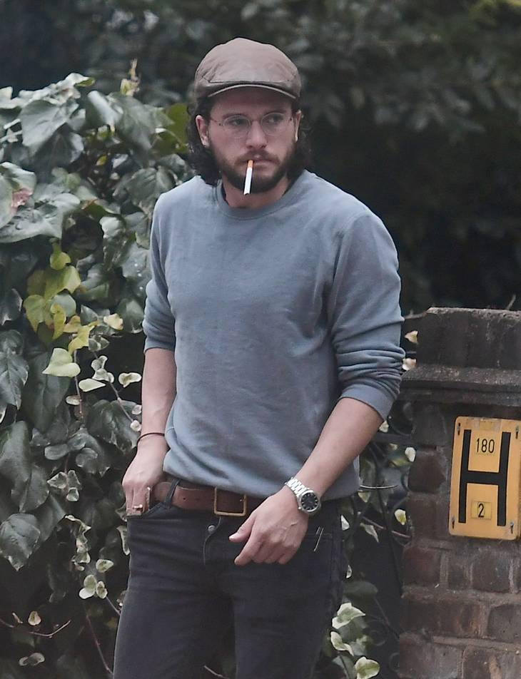 Her ses Kit Harrington med en smøg i munden. (Foto: All Over Press)