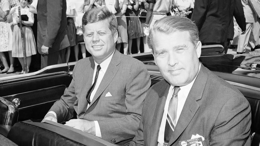 Den tidligere nazist Wernher von Braun var hjernen bag løfteraketten Saturn V, som spillede en hovedrolle i USA's månetriumf i 1969. Her er han fotograferet sammen med præsident John F. Kennedy i 1962. Foto: Ritzau Scanpix