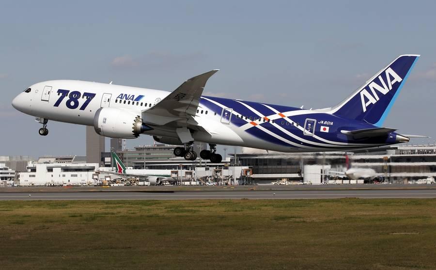 Et historisk øjeblik. Her letter Boeings 787 Dreamliner med kabinen fuld af passagerer. (Foto: AP)