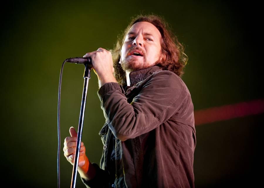Eddie Vedder i front for Pearl Jam, der spillede til midnat. (Arkivfoto: AP/Matt Crossick)