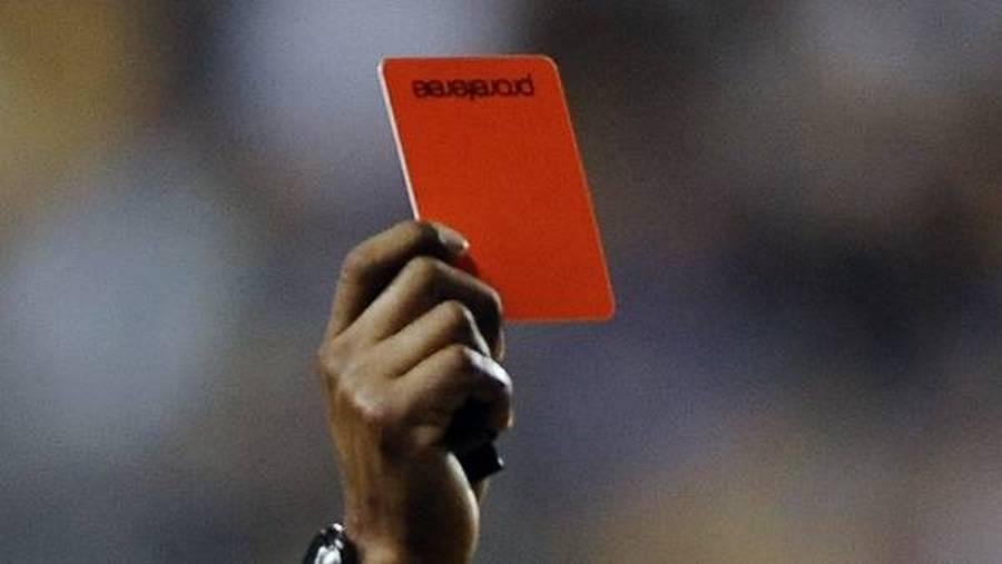 To gange måtte dommeren hive det røde kort i dagens tidlige kamp i Spanien. (Arkivfoto: AP)