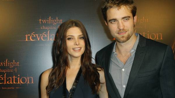 Ashley Greene og Robert Pattinson skamroser Lone Scherfig. (Foto: AP/Jacques Brinon).