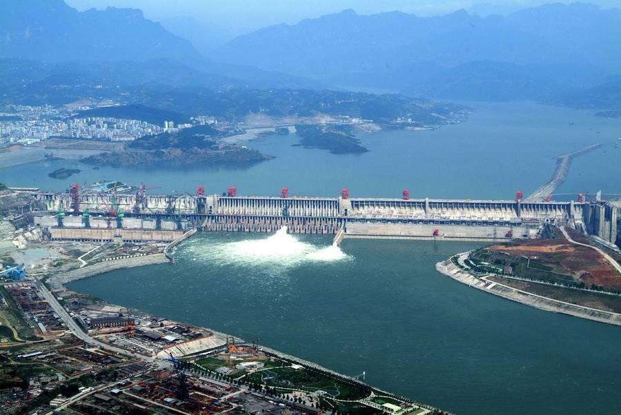 Dæmingen har været under opbygning siden 1993. Her er dæmningen fotograferet i 2006. 24. juli 2012 blev alle sluser åbnet, således at 32 generatorer producerer strøm. (Foto: AP)