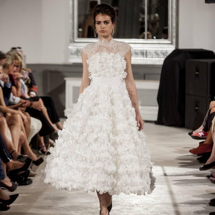 40693893 En kjole, som er en kronprinsesse og en rød løber værdig. Jesper Høvrings  couture