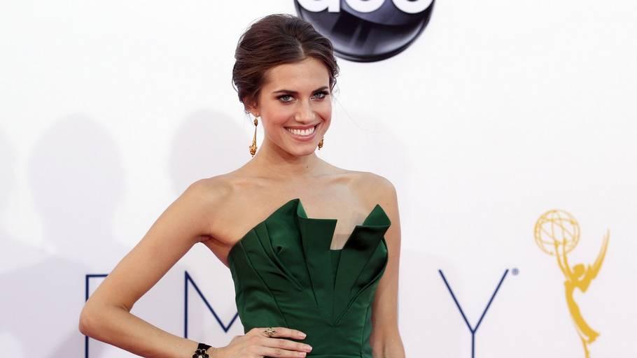 06ab2f901ff5 Se de kendtes kjoler. Skuespillerinden Alison Williams i en smuk grøn sag  til uddeling af Emmy Awards i går.