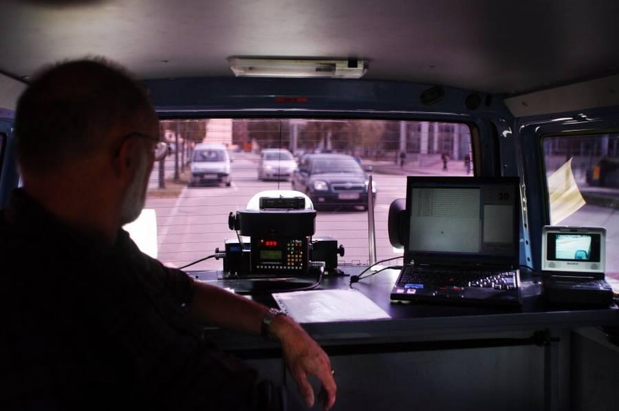 Regeringen lancerede tidligere på året en ny trafiksikkerhedspakke, som sløjfede 500 stationære fartkontroller for så til gengæld af firedoble antallet af fotovogne. (Polfoto/THOMAS BORBERG)