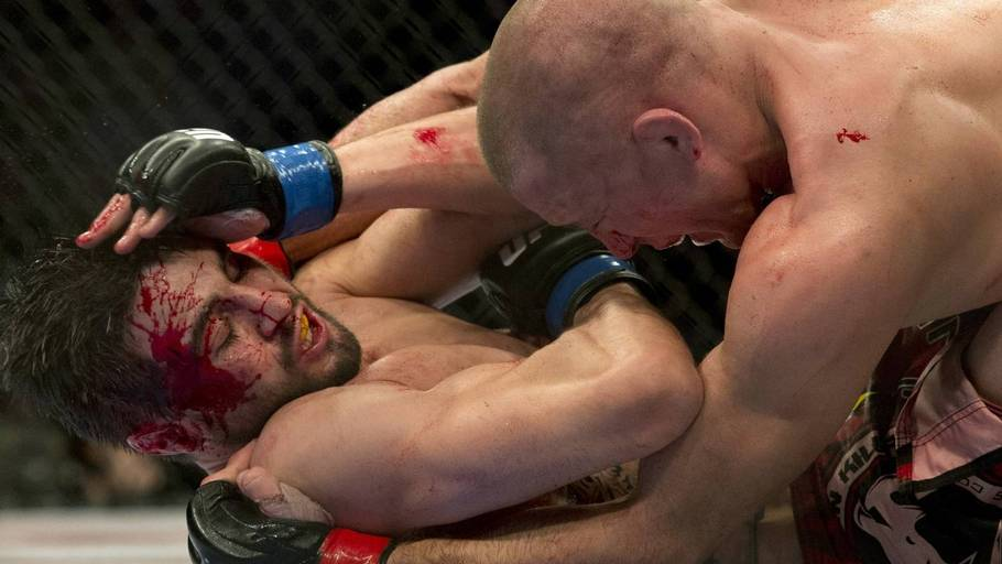 Georges St. Pierre har Carlos Condit i problemer i nattens blodige dyst. (Foto: AP/Ryan Remiorz)