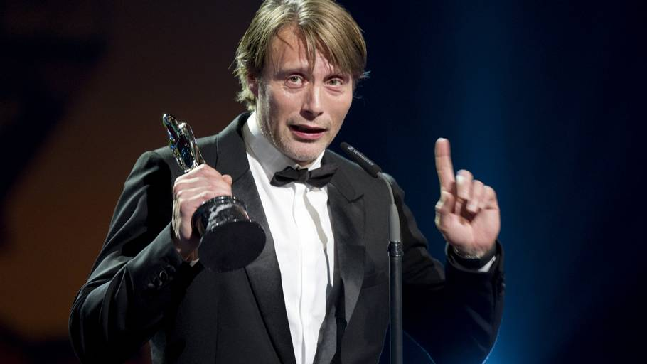 Mads Mikkelsen modtager her 'European Achievement in World Cinema 2011' for sine store præstationer i internationale film.(Foto: AP)