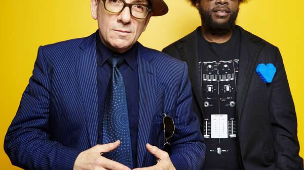 Elvis Costello og Ahmir 'Questlove' Thompson fra bandet The Roots. (Foto: AP/Dan Hallman)