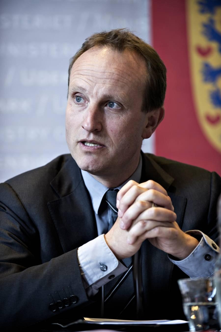 Formanden for Dansk Solcelleforening, Signe Antvorskov Krag, giver en sviner til klima- og energiministeren. (Polfoto/Anita Graversen)