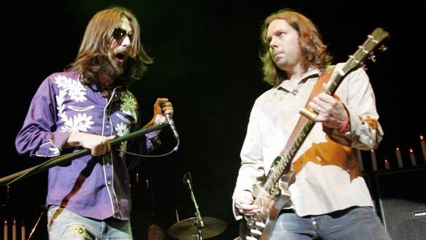 Chris og Rich Robinson under en koncert med The Black Crowes tilbage i 2005. (Foto: AP)