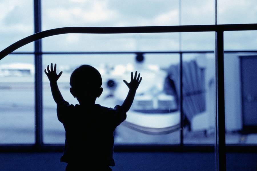Timerne i lufthavnen kan være både mange og lange. Og selv om fly altid er spændende, så er det begrænset, hvor lang tid et barn kan nøjes med at se ud af vinduet. (Polfoto/Corbis)