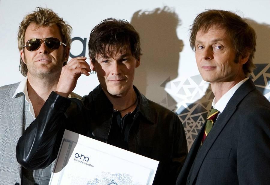 Medlemmerne af det norske popband a-ha, fra venstre, Magna Furuholmen, Morten Harket og Pal Waaktar-Savoy, poserer ved en pressekonference i Berlin 2009, i forbindelse med albummet 'Foot of the Mountain'. (Foto: AP/Maya Hitij)