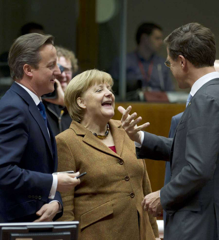 Mens fotograferne er til stede, er stemningen mellem stats- og regeringscheferne glad og munter. Her er det den britiske premierminister David Cameron og Tysklands Angela Merkel, som morer sig over noget, som den hollandske premierminister Mark Rutte har sagt. (Foto: AP)
