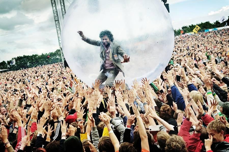 Wayne Coyne fra Flaming Lips går en tur i Roskilde. (Foto: Thomas Lekfeldt)