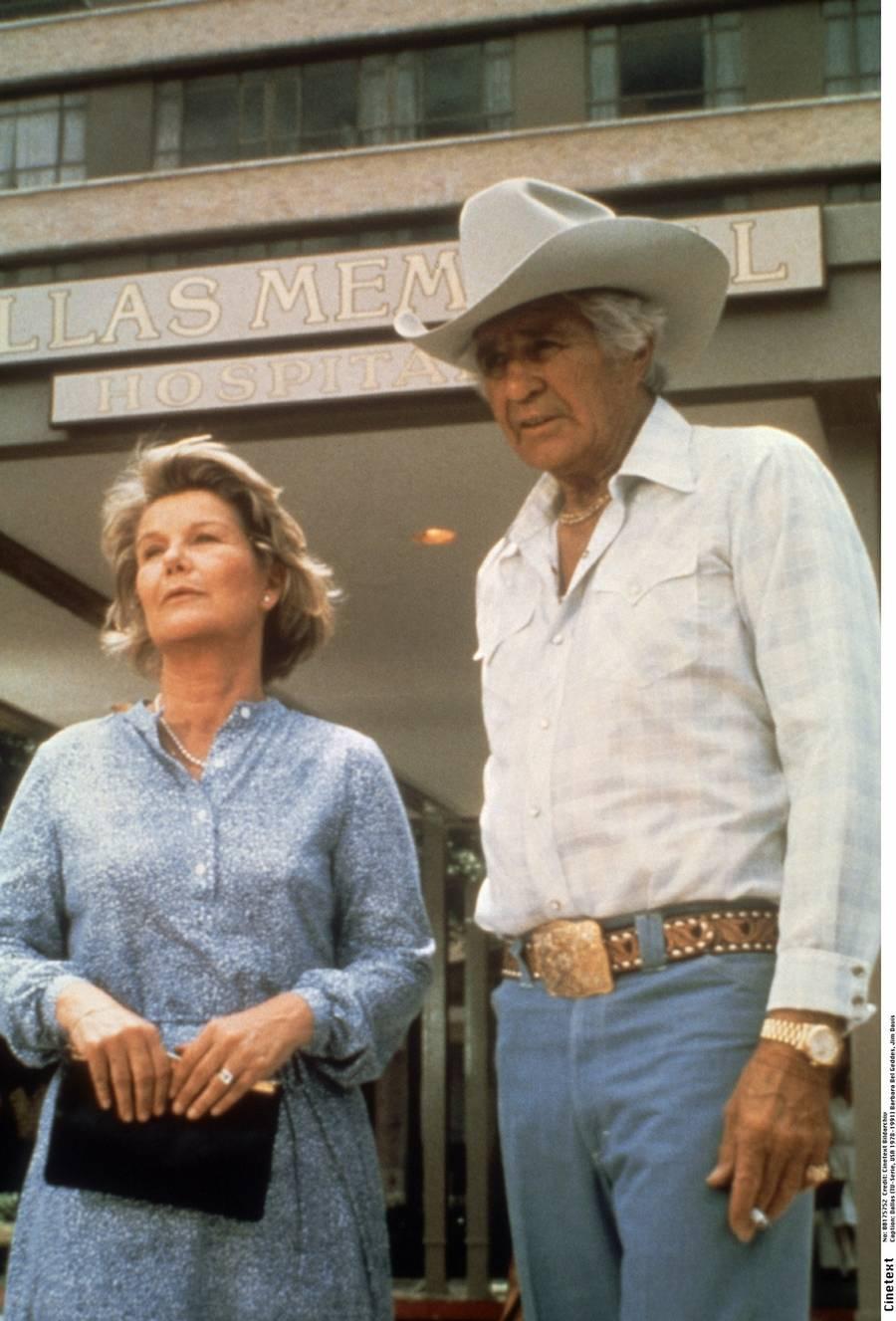 Jim Davis, Ewing-klanens overhoved Jock, var før sin medvirken primært kendt fra en lang række westernfilm. Han blev alvorligt syg i fjerde sæson og døde i 1981 af en art knoglekræft. Seriens forfattere var derfor nødt til at skrive ham ud og valgte at lade ham omkomme ved en mystisk flyulykke. Hans tv-hustru Miss Ellie, alias Barbara Bel Geddes måttei 1984 forlade 'Dallas' et års tid efter et hjerteanfald. Hun vendte tilbage, men gik på pension i 1990. Den tidligere storryger døde som 82-årig i 2005 af lungekræft. (Foto: Cinetext Bildarchiv)