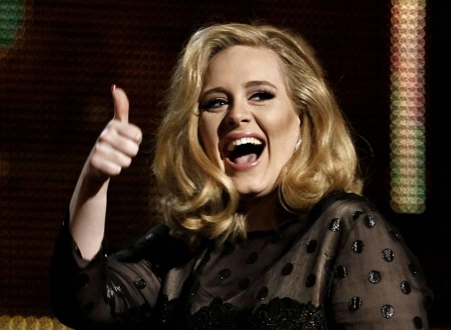Adele trives som mor. (AP Photo)