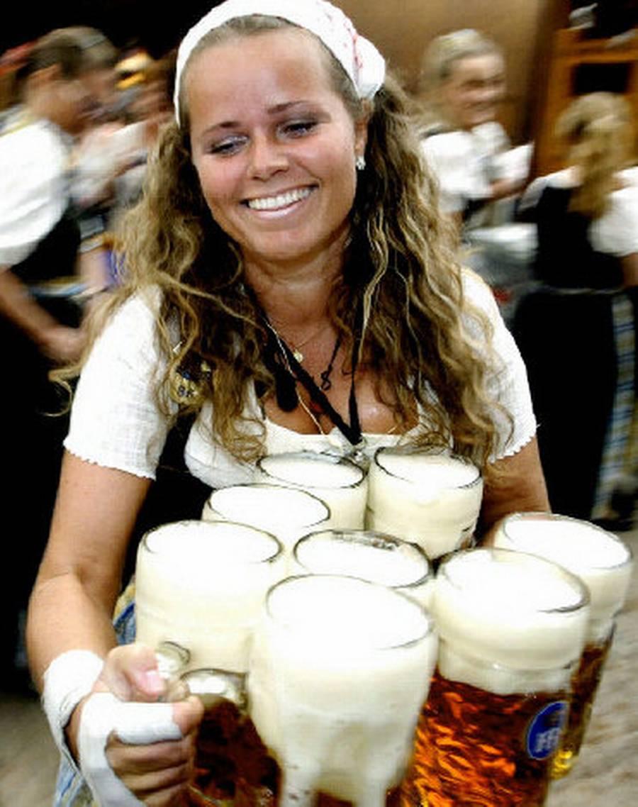 Især kvinderne i den såkaldte dirndl-kjole og med en imponerende evne til at forsyne tørstende gæster med øl er typiske for de tyske øl-festivaler ? også andre steder end oktoberfesten i München. (Foto: AP)