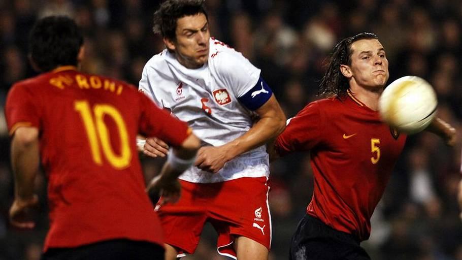 636c3cdd061 Jacek Bak (t.v.) i ilden mod Belgien i onsdagens EM-kvalifikationskamp.  Forsvarsspilleren