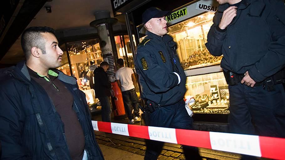 60f7cce74e6 Politiet har spærret området af foran den røvede guldsmed. (Foto: Peter  Kristensen)