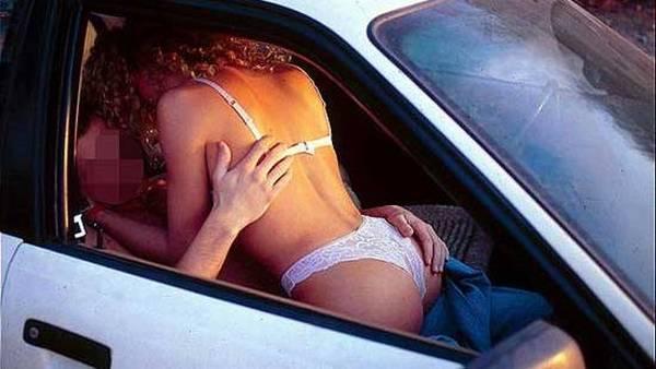 Dyrker Sex I Bilen Med En Voksen Dame