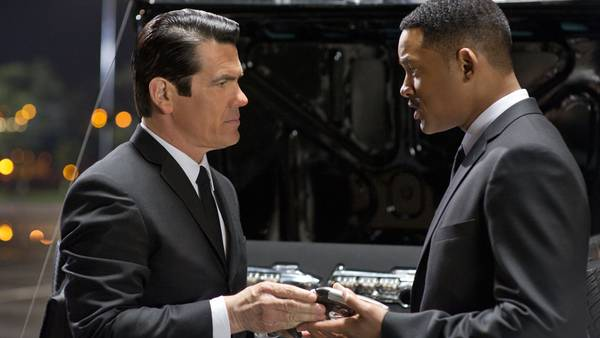 Josh Brolin ses her overfor Will Smith som den unge udgave af Tommy Lee Jones i rollen som agent K i filmen 'Men in Black 3'.(Foto: Sony Pictures)