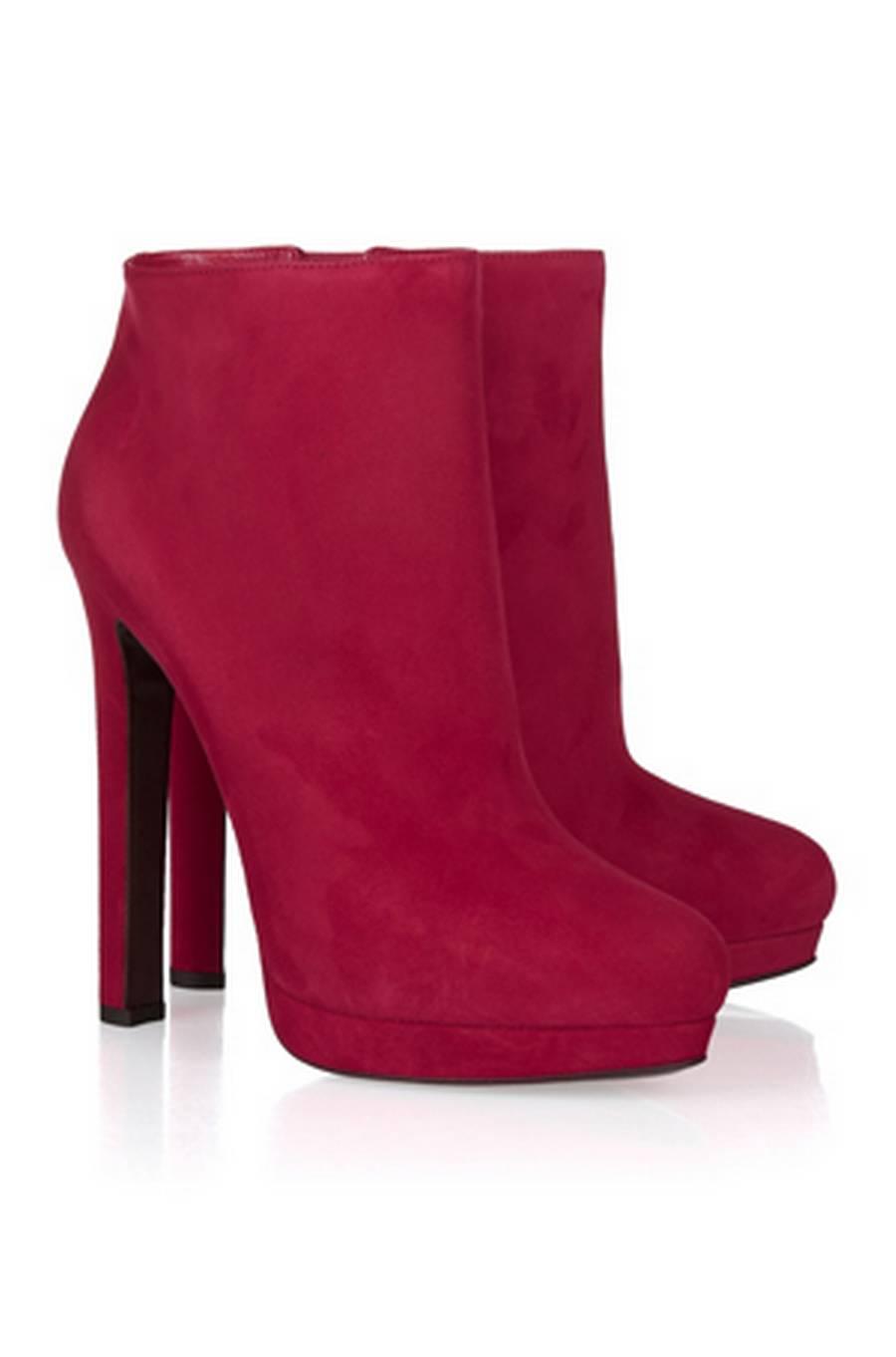 Hvis du ikke allerede har et par røde sko i garderoben er det på høje tid, at du anskaffer dig et par. Disse smukke støvler fra Alexander McQueen er et godt bud, de er super elegante og helt ideelle til de kommende julefrokoster.Støvler fra Alexander McQueen hos Net-a-porter.com, 5.025 kr.
