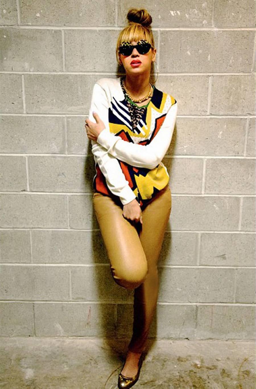 Beyoncés outfit: Høj knold tilsat 3.1 Phillip Lim sweatshirt og Marc by Marc Jacobs ballerinaer.