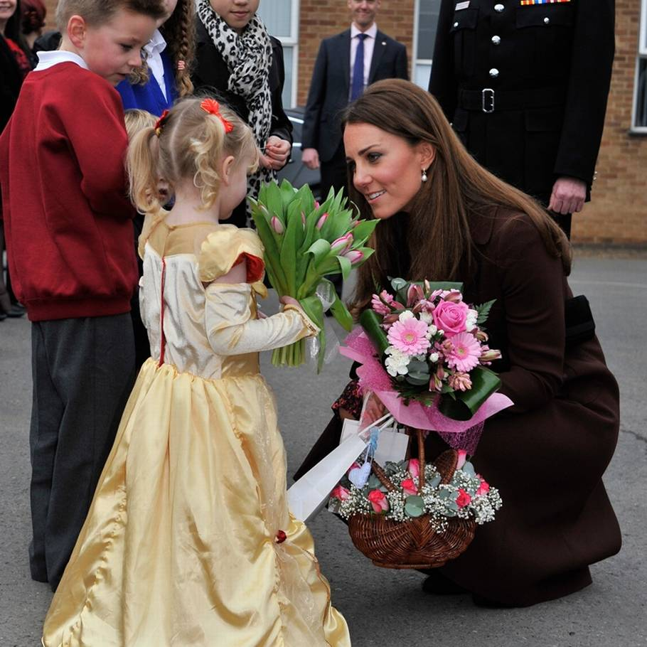 Hertuginde Kate takker en pige for blomster. (Foto: All Over Press)